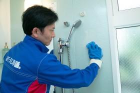 天井・壁面・蛇口・排水口まわりなどをすみずみまでお掃除